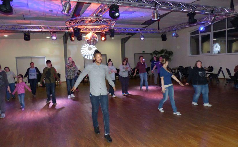 Menschen tanzen auf der Tanzfläche