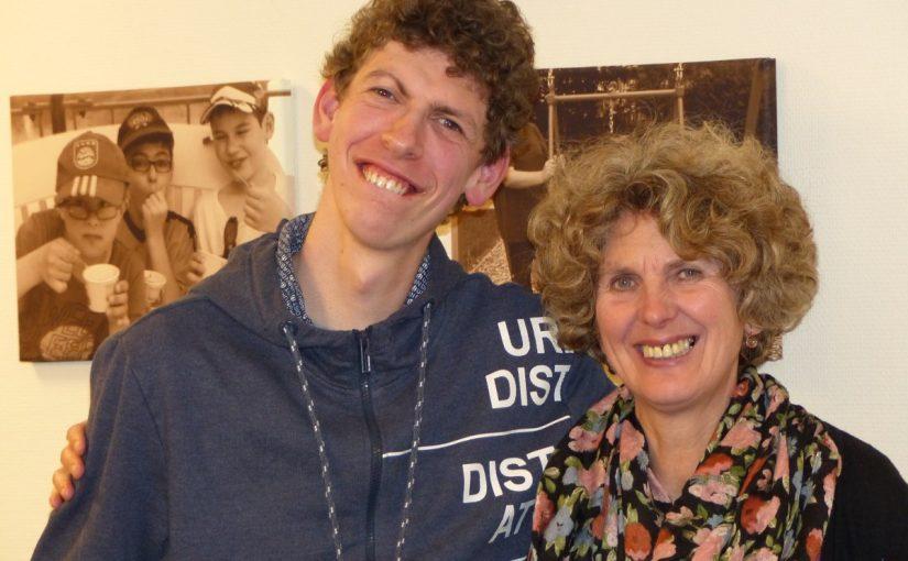 Foto von Karin und Philipp. Die beiden stehen lächelnd nebeneinander und haben die Arme umeinander gelegt.