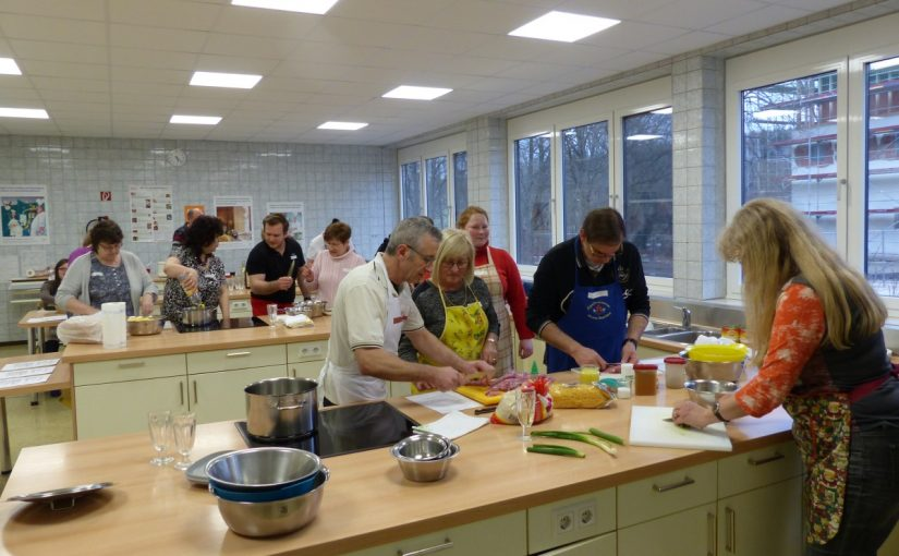 Beim inklusiven Koch·kurs kochen alle gemeinsam.