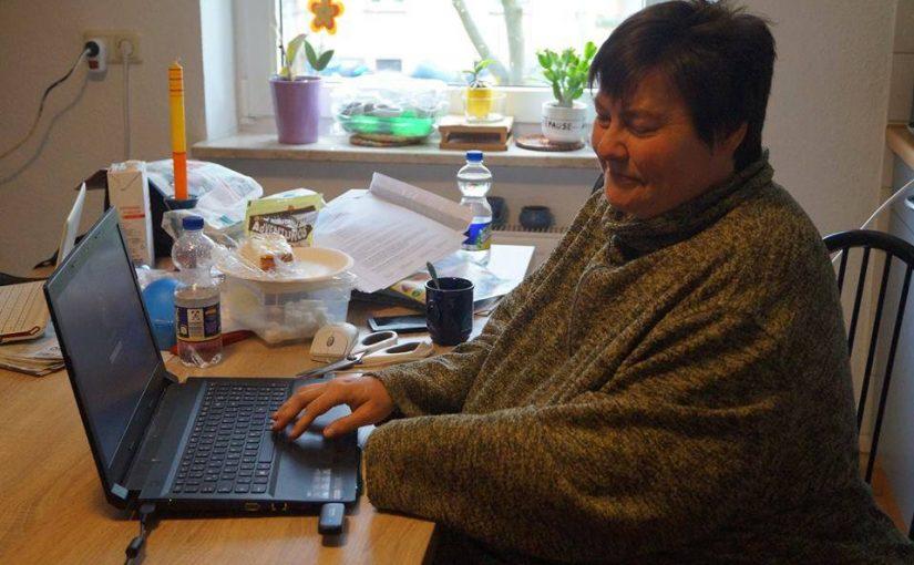 Bild von Alexandra die vor dem Computer sitzt