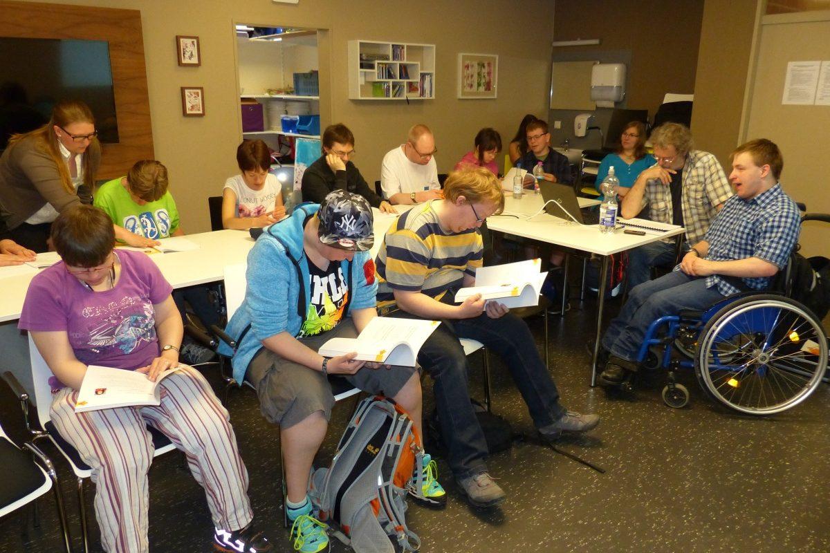 Die Kurs·teilnehmer lesen in Ihren Unterlagen