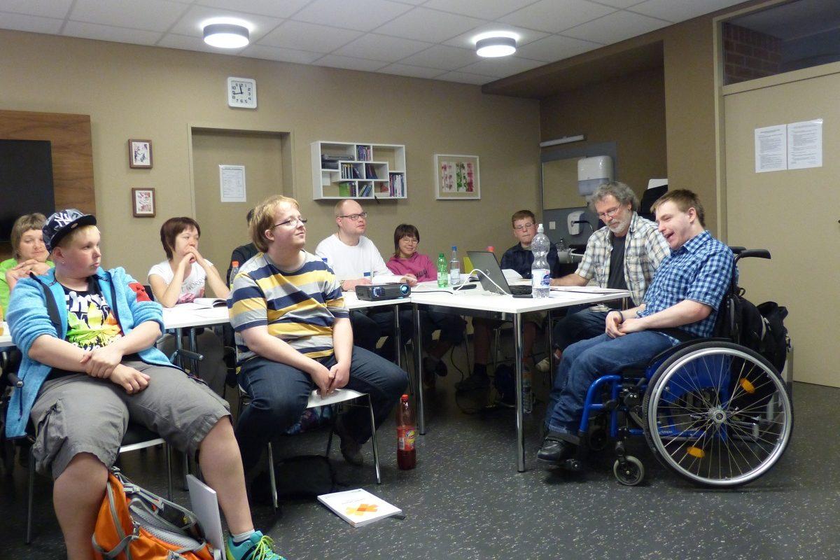 Die Teilnehmer hören dem Vortrag zu