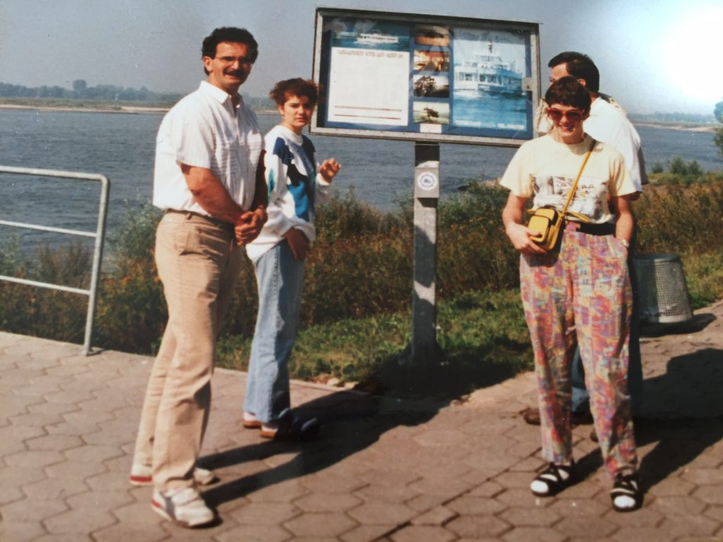 Carola mit ihrem Vater und und ihrer Schwester Sonja am Rhein