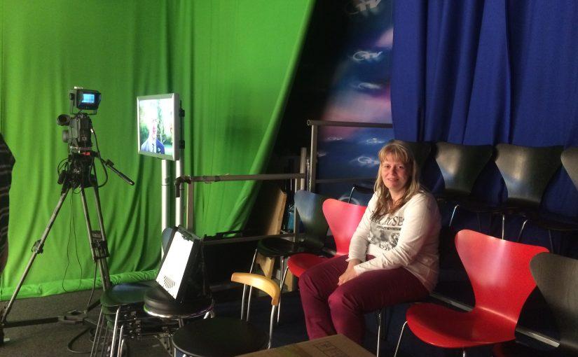 Michaela sitzt im Studio bei OTV