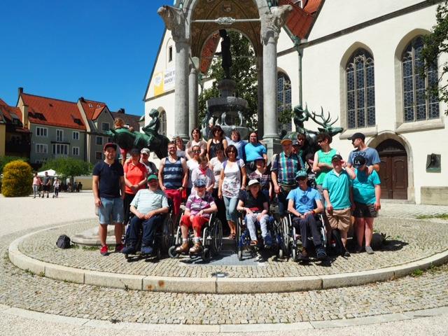 Die Teilnehmer der OBA-Freizeit vor einem Brunnen