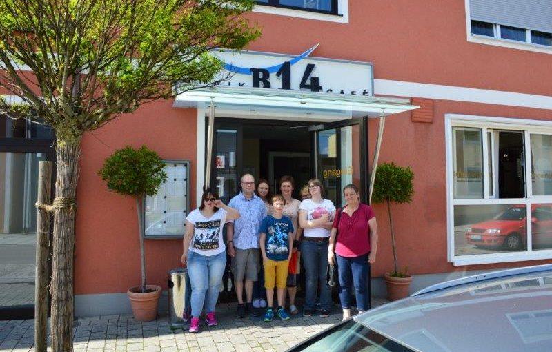 Das Wundernetz-Team vor dem Musikcafe B14