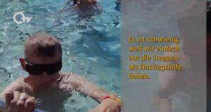 Werner schwimmt in Freibad.