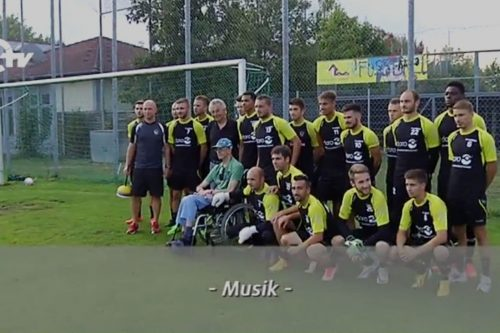 Werner wird mit den Fußballern des FC Amberg fotografiert.