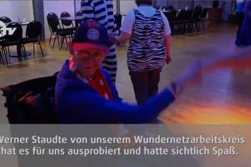Werner tanzt in seinem Rollstuhl.