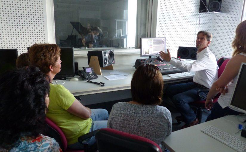 Prof. Maximilian Kock erklärt dem Wundernetz-Team das Tonstudio