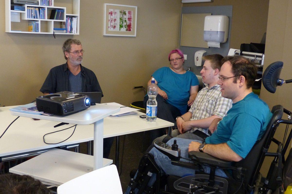 Menschen im Gespräch bei der Ausbildung zum Prüfer für leichte Sprache