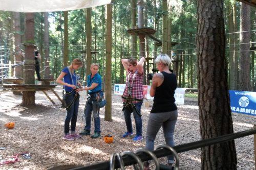 Das Wundernetz-Team wird gesichert, um in den Hochseilgarten zu klettern