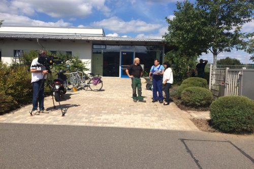 OTV-Kamerateam vor einem Gebäude