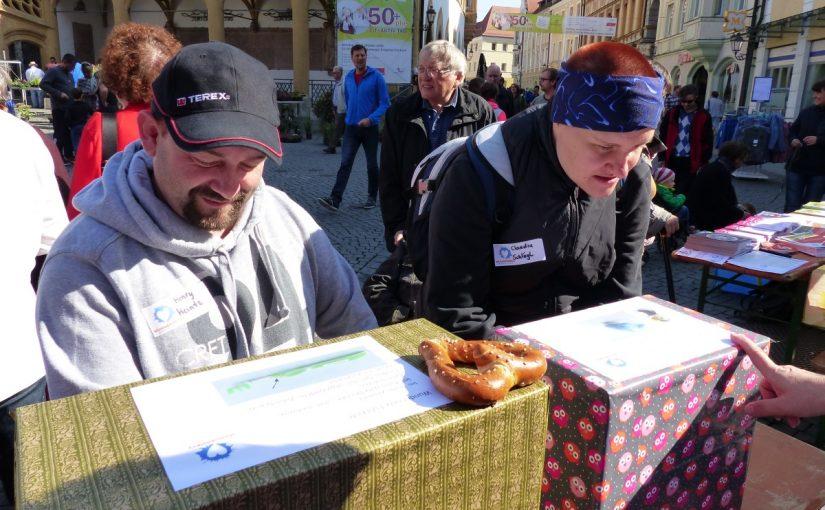 Teilnehmer des Aktionstages beim betrachten von Geschenkpaketen
