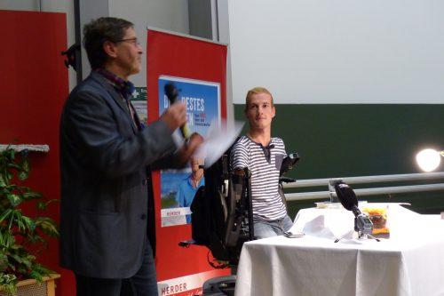 Hans Bauer begrüßt die Gäste