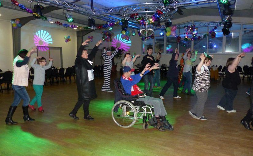 Tanzende Menschen auf der Tanzfläche