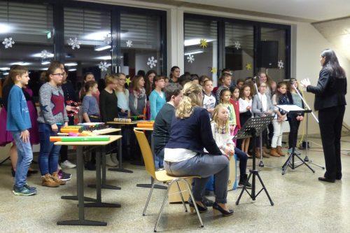 Ein Kinderchor singt ein Lied