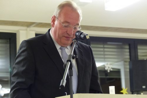 Ein Politiker hält eine Ansprache