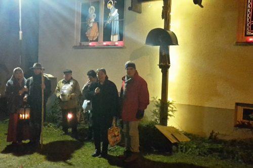 Einige Besucher die sich die kunstvollen Beleuchtungen betrachten