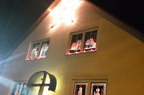 Hell erleuchtete, mit Weihnachtsmotiven dekorierte Fenster