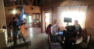 Das Team von OTV hat Scheinwerfer und Kameras aufgebaut. Eine Person wird interviewt