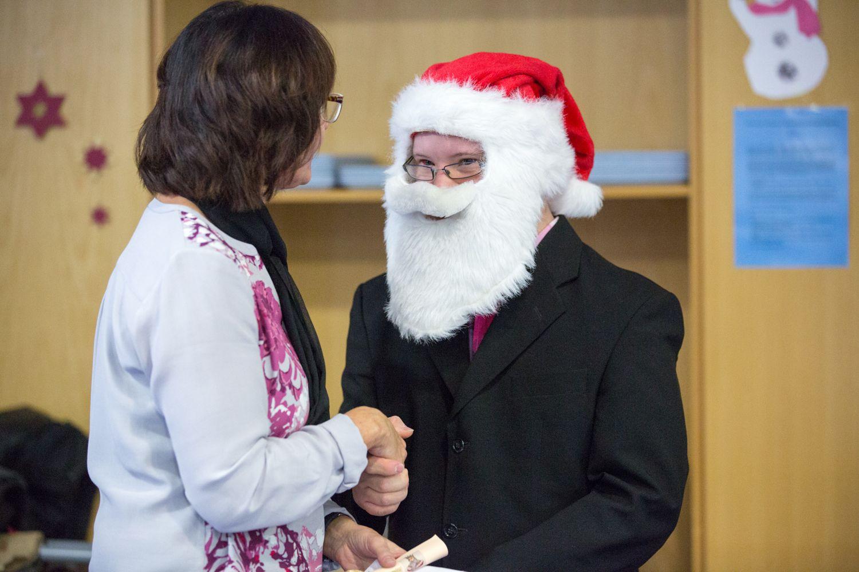 Der Weihnachtsmann schüttelt Frau Legat die Hand
