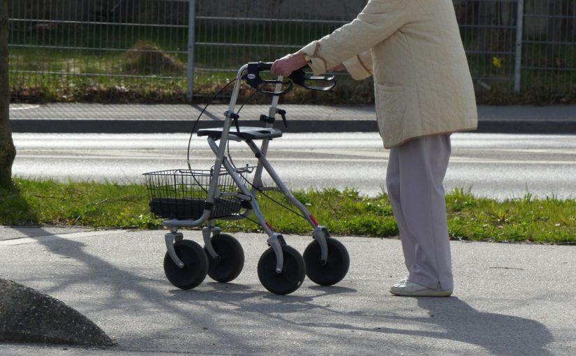 Eine gehbehinderte Person mit Rollator