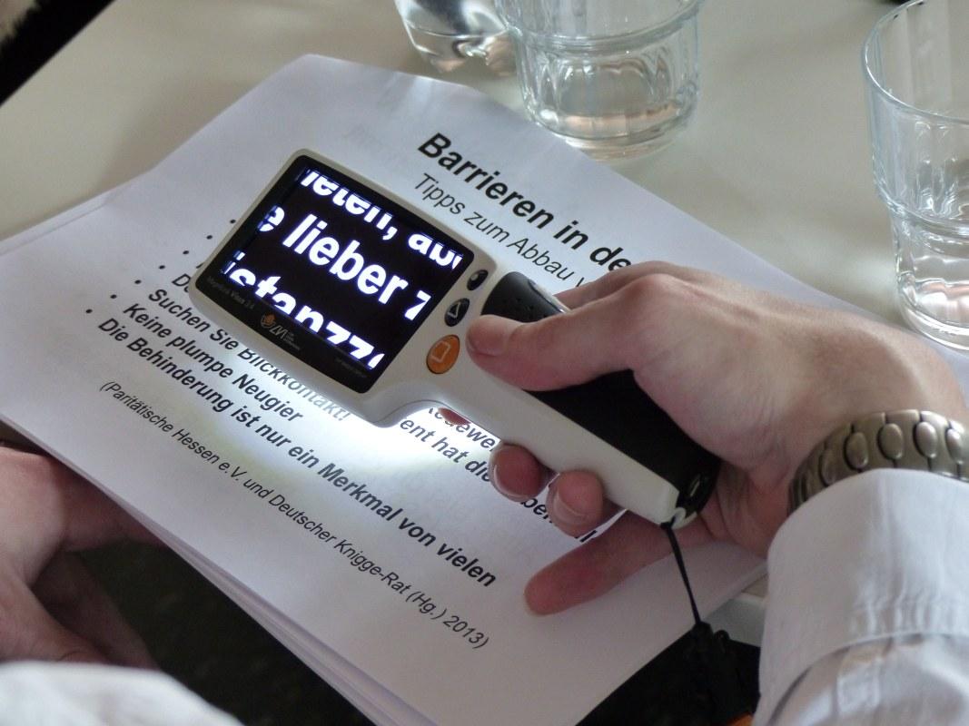 Eine digitale Leselupe um Texte zu vergrößern