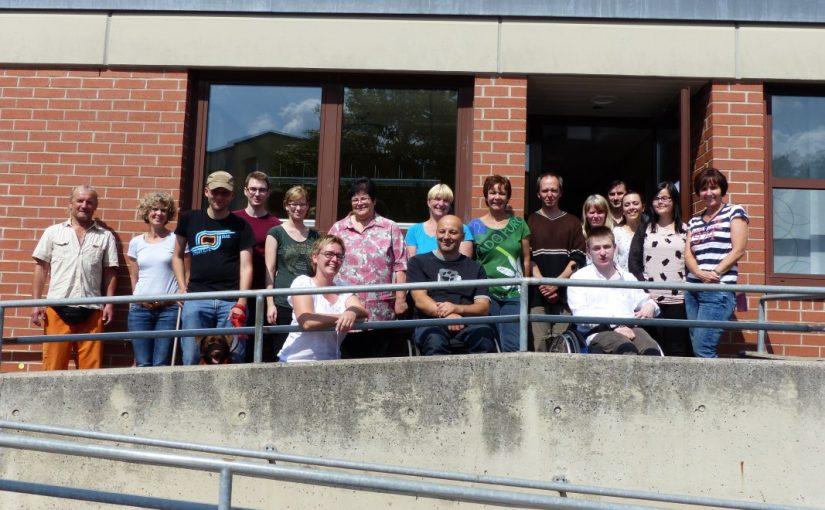 Gruppenfoto der Teilnehmer vor dem Gebäude der OBA