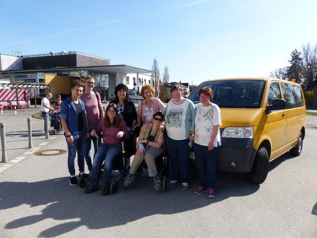 Die Gruppe der VHS Kreis Sulzbach-Rosenberg steht vor einem gelben Kleinbus.