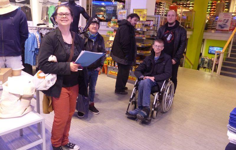 Eine Gruppe Teilnehmer die in die Kamera lächelt