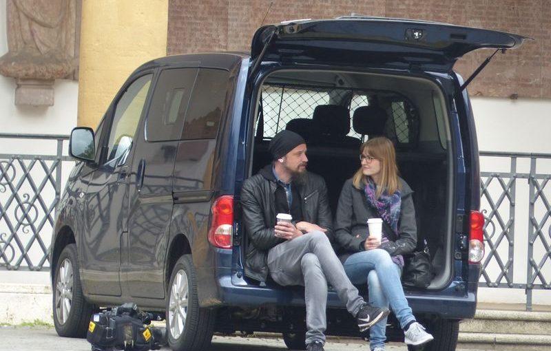 Redakteurin Sandra und Kameramann Marco sitzen in einer kurzen Drehpause im Heck des OTV-Busses.