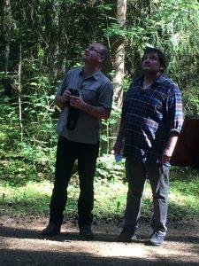 Robert Wöhl und Dr. Norbert Schäffer sind auf der Suche nach heimischen Vögeln in der Wagensass.