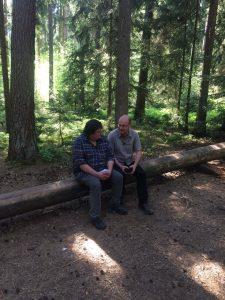 Robert Wöhl und Dr. Norbert Schäffer sind auf der Suche nach heimischen Vögeln in der Wagensass und sprechen über ihre Naturerfahrungen.