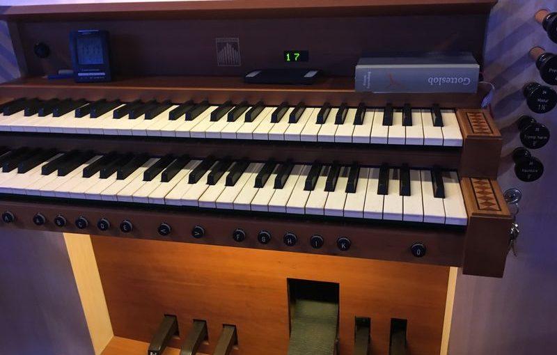 Blick auf die Tastatur und einige Fußpedale der Orgel