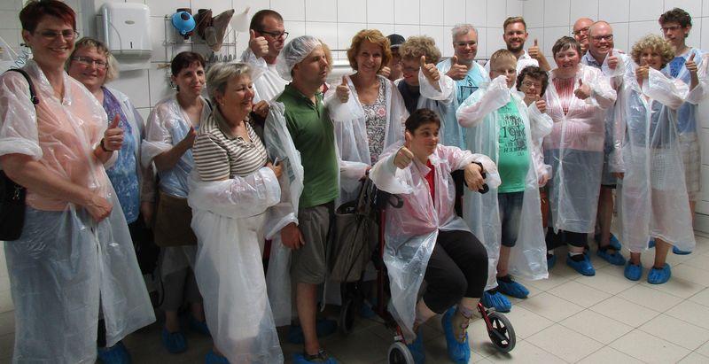 Gruppenfoto mit allen Besuchern der Führung. Alle lachen und winken.