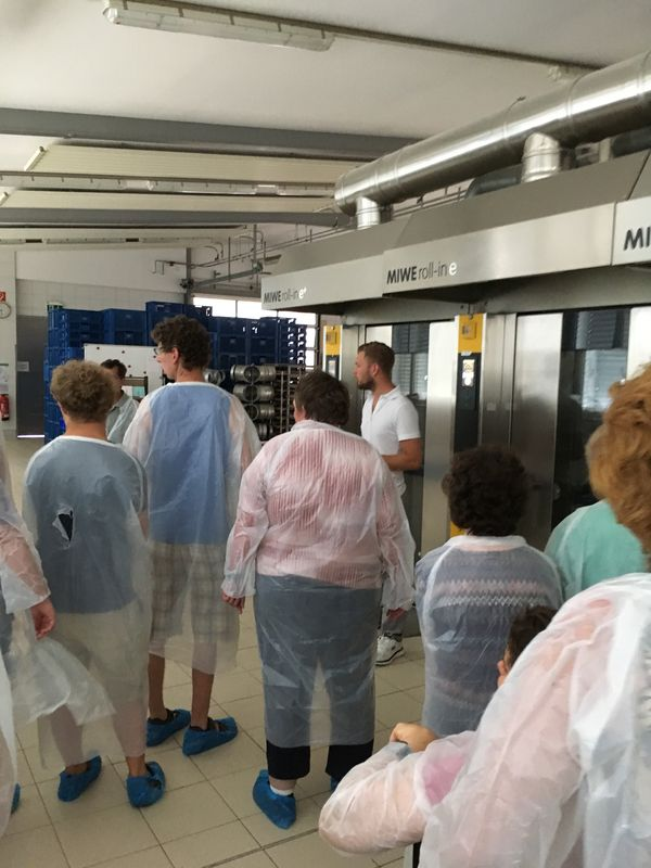Besuch in der Bäckerei Hiltner: Mit Schutzmänteln aus durchsichtigem Plastik geht es durch die Produktionshalle.