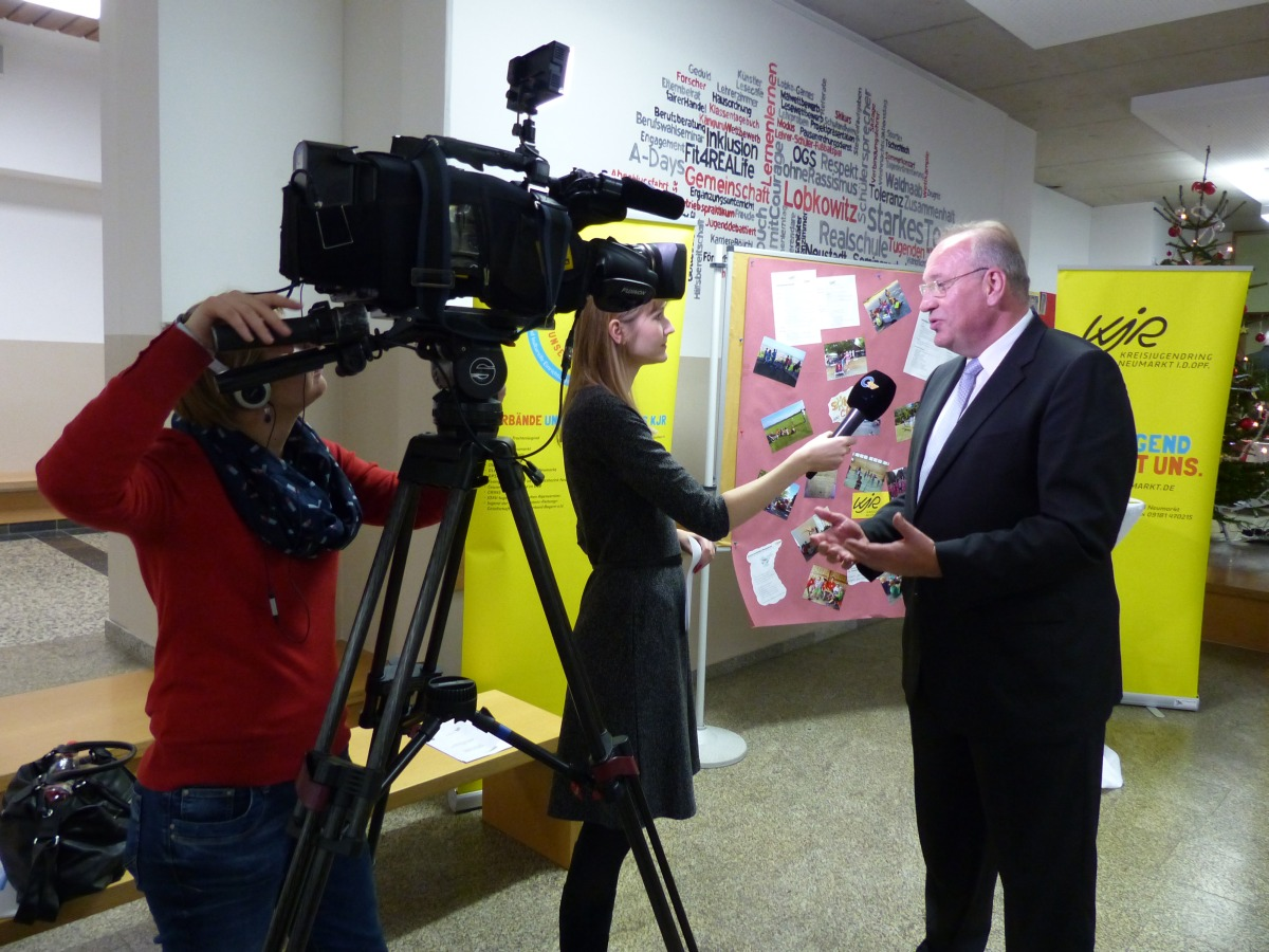 Sandra interviewt Bezirkstagspräsident Franz Löffler bei der Verleihung des Oberpfälzer Inklusionspreises