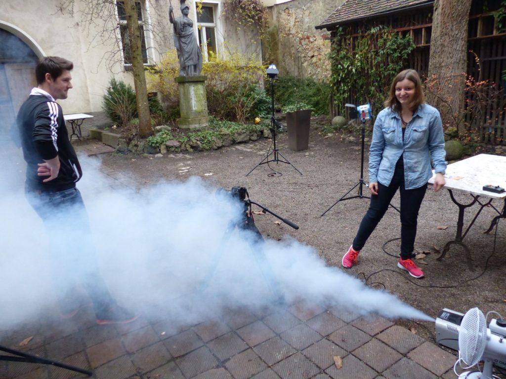 Lisa testet die Nebelmaschine für den Musikvideodreh