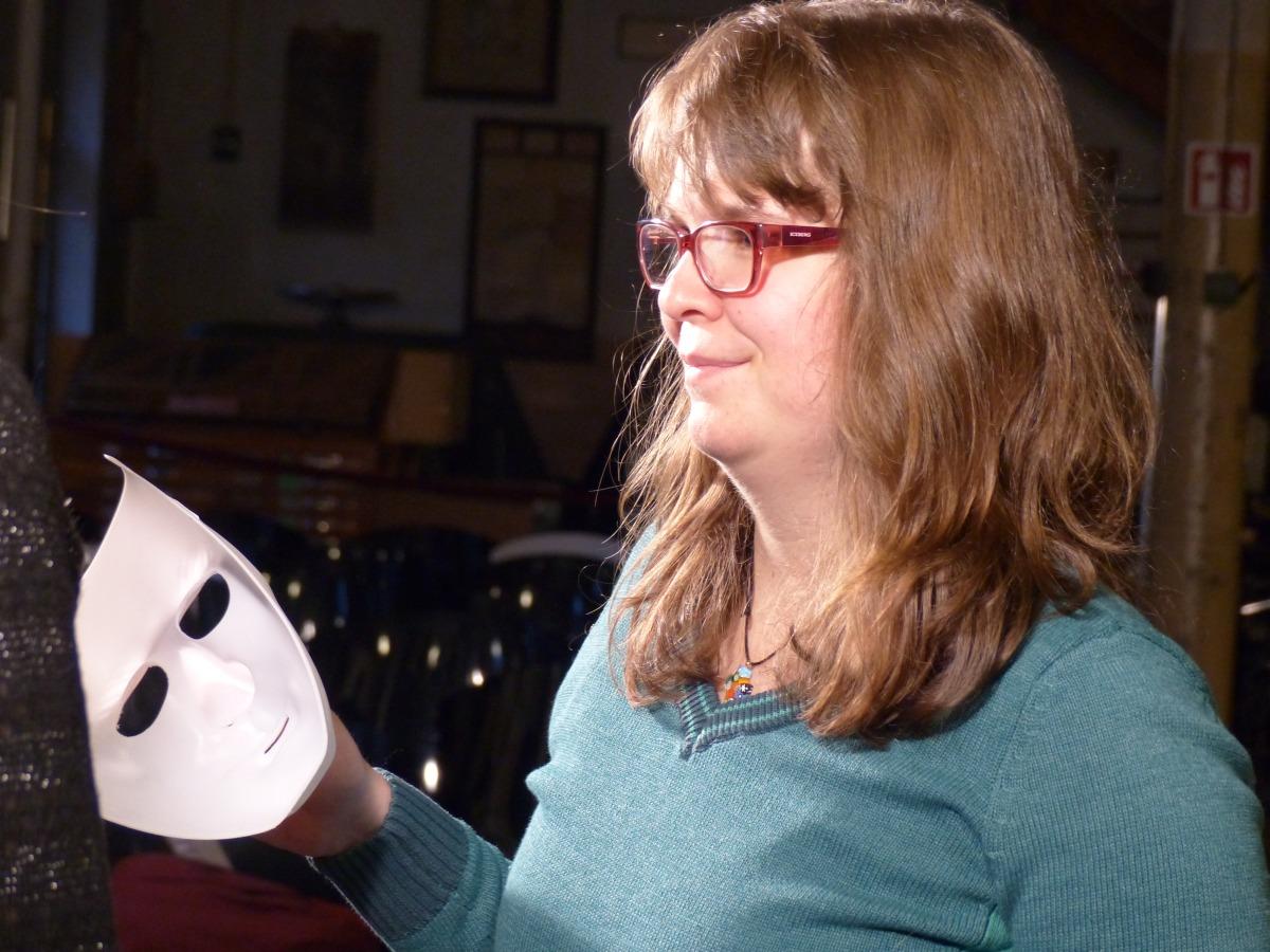 Franziska beim Dreh ihres Musikvideos, in der Hand hält sie eine weiße Gesichtsmaske