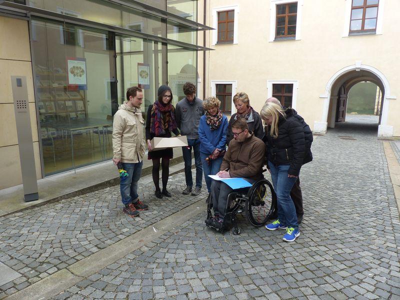 Ein Team besucht mit ihrem Fragebogen die Provinzialbibliothek