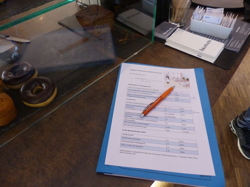 Fragebogen und Kuli liegen auf einem Cafetresen