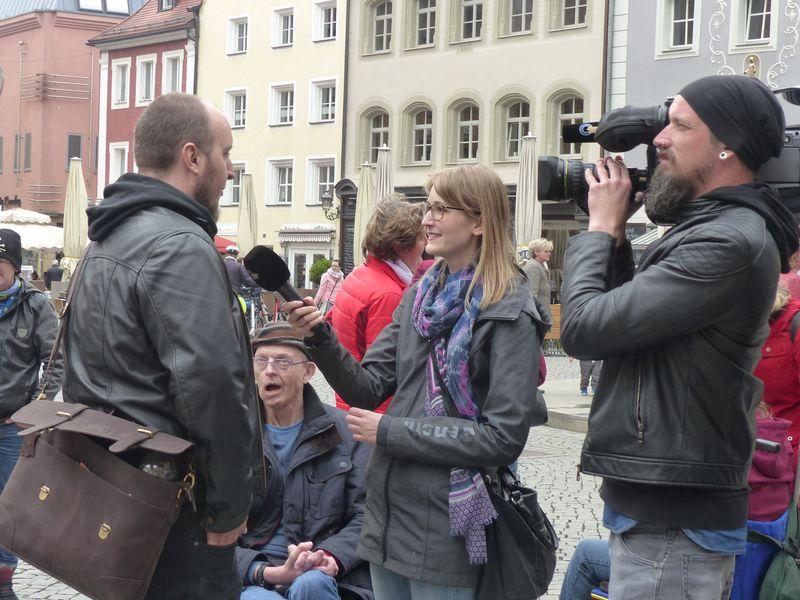 Sandra Dietl interviewt Bernd Gerlang, Kameramann Marco filmt die beiden auf dem Amberger Marktplatz