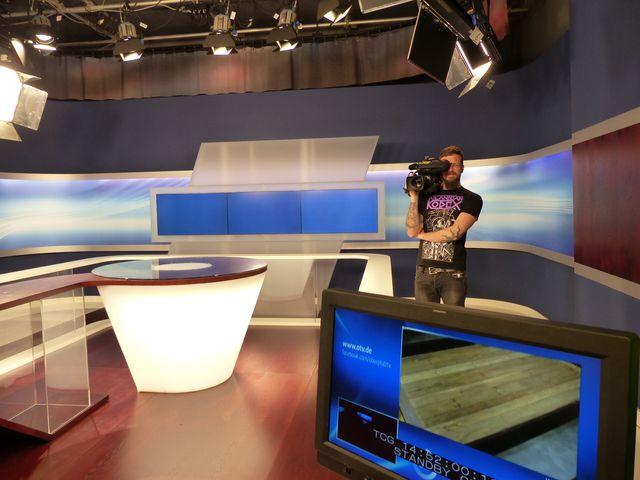 Kameramann Marco steht in der Studiokulisse bei OTV