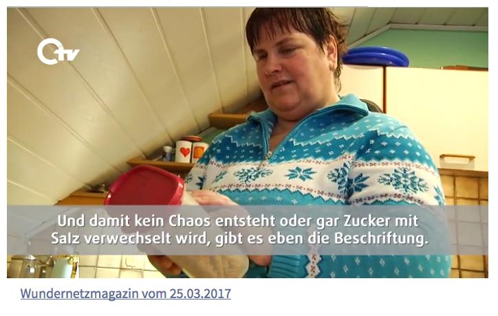 Bildausschnitt aus der Sendung: Anette zeigt Braillebeschriftung auf Dosen in ihrer Küche