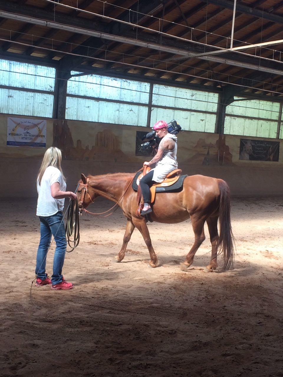 Einsatz für OTV: Kamerafrau auf dem Pferderücken