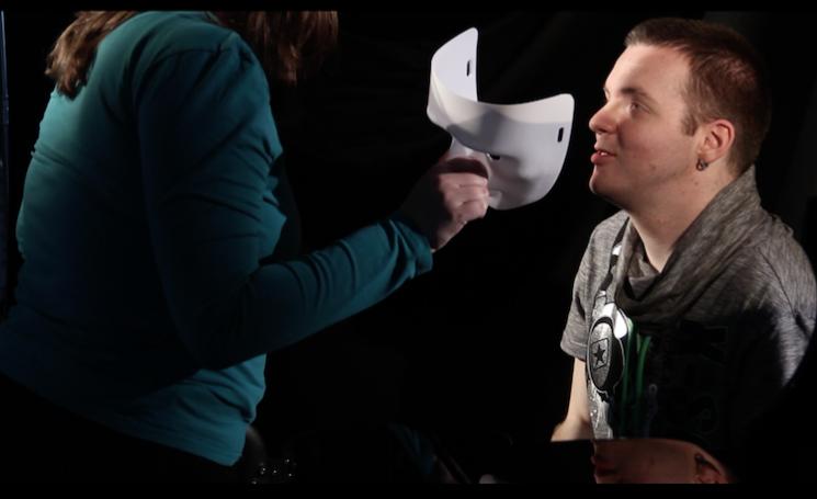 Im Video lüftet Franzis die Masken der anderen Menschn. Hier nimmt sie Alexander Morlang die Maske ab.