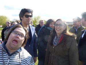 Fotoaufnahmen für das Wundernetz. Teresa lächelt in die Kamera, neben ihr Fabien mit Sonnenbrille und Andreas, der sich schnell ins Bild gemogelt hat.