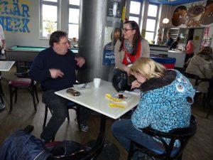 Teres (Mitte) mit ihren Teamkollegen Robert und Michaela bei einer Kaffeepause.