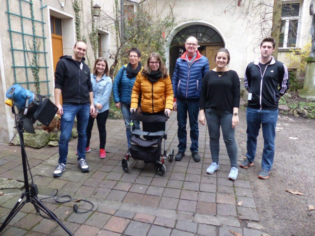 Franziska mit ihren Eltern, Ina und Lisa und einigen ehrenamtlichen Helfern.